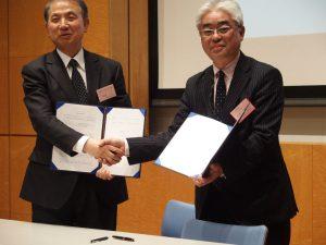 調印後の神奈川工科大学 小宮学長と平原代表理事